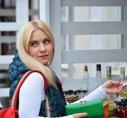 kobieta płaci za zakup portfela