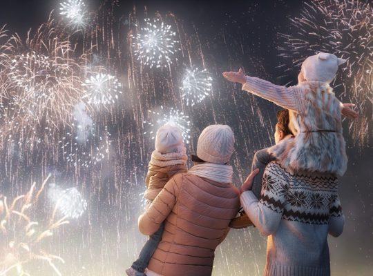 Rodzina patrząca na pokaz fajerwerków