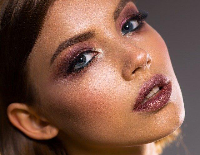 Najlepsze rady dotyczące makijażu dla cery tłustej
