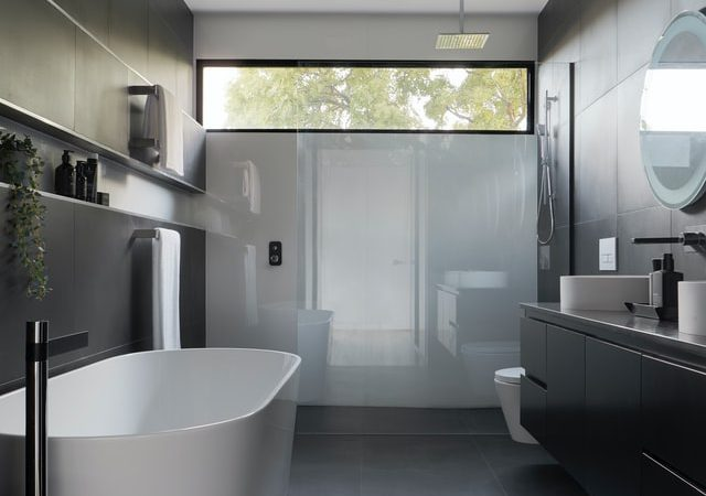 Modne projekty łazienek – 4 gorące trendy roku 2021